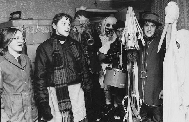 Podczas wizyty Kolędników w kaszubskiej  checzy. Na zdj. grający na Diabelskich Skrzypcach to Ludwik Szroeder , który jest dzisiaj dyrektorem Gminnego Ośrodka Kultury w Tuchomiu.