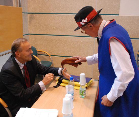 Fot. gdynia.pl: Prezydent Wojciech Szczurek też czasem tabaczy