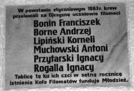 Replika tablicy z 1933 r. umieszczonej w auli LO w Chojnicach.