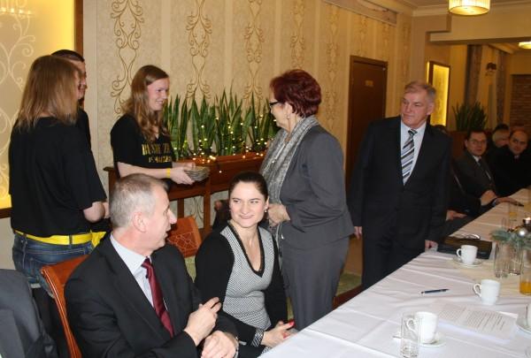 """fot. """"Młodzëzna"""" z Banina przekazuje płyty na ręce starosty Janiny Kwiecień/fot. nadesłane"""