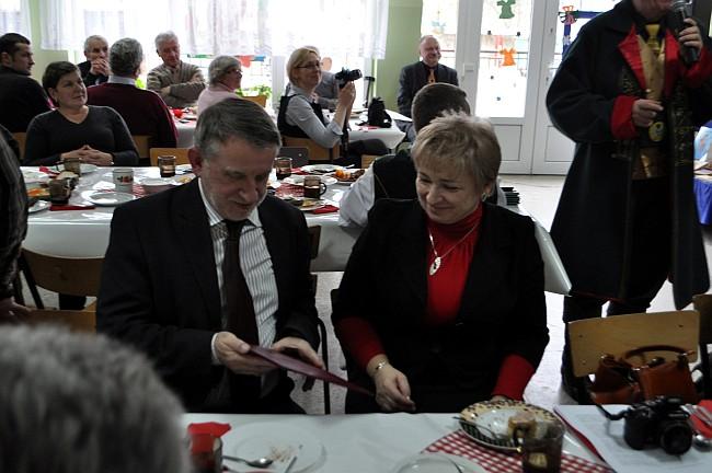 Zdj. Maria Rogenbuk – nauczycielka z Konarzyn, członek Honorowej Kapituły Fundacji po wygłoszeniu laudacji przekazuje jej treść Przemysławowi Pragertowi z Gdyni – laureatowi Bazuna Kaszebska Kleka.