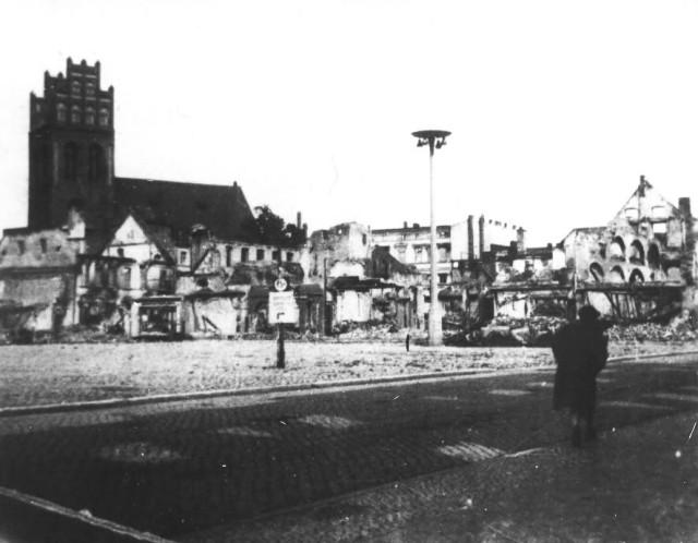 Rynek w centrum Lęborka - rok 1945.