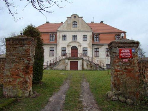 Na zdj. Pochodzący z XVI wieku dwór rodu von Borck  w Strzemielu ( dawniej nazwa niem. Stramehl,)w powiecie Łobeskim. Tu urodziła się słynna Sydonia Bork.