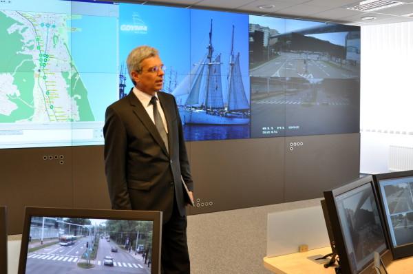 Centrum Zarządzania i Sterowania Ruchem w Gdyni prezentuje Jan Goliński z firmy Qumak S.A., wykonawcy systemu TRISTAR/ fot. Dorota Nelke