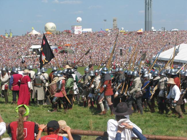W czasie współczesnej bitwy pod Grunwaldem liczba widzów znacznie przekracza liczbę zbrojnych… walczących zresztą na niby (fot. Henri Bergius, na licencji Creative Commons Attribution-ShareAlike 2.0 Generic)