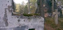 """Na pomniku cmentarza, który dziś stał się lasem, napisano cyrylicą """"ОТЧЕ НАШЪ ДА БУДЕТЪ ВОЛЯ ТВОЯ"""" - """"OJCZE NASZ NIECH BĘDZIE WOLA TWOJA""""."""