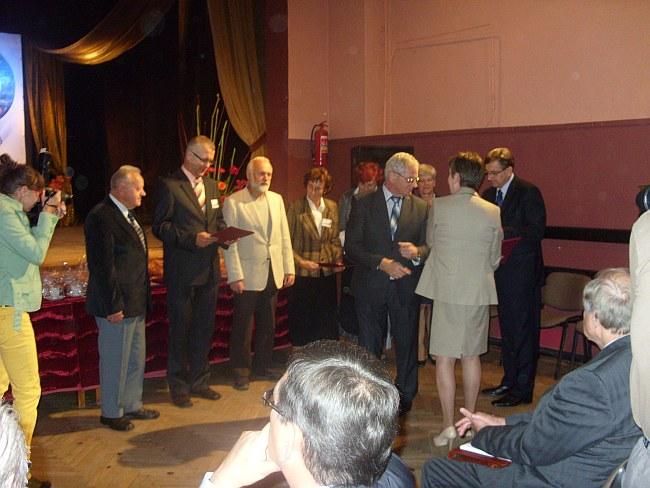 Członkowie Zarządu Towarzystwa Miłośników  Ziemi Człuchowskiej przyjmują okolicznościowe podziękowania od władz starostwa i miasta.