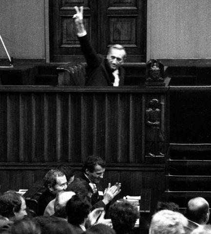 Historyczna chwila: 12.09.1989 r. Sejm X kadencji udzielił wotum zaufania rządowi Tadeusza Mazowieckiego (fot. arch. PAP)