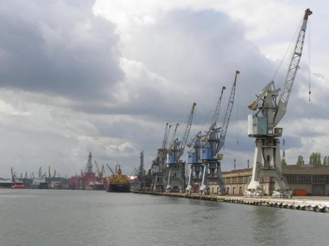 Dźwigi portowe w Stoczni Gdańskiej (autor: kkic, opublikowano na licencji: GNU Free Documentation License Ver. 1.2)