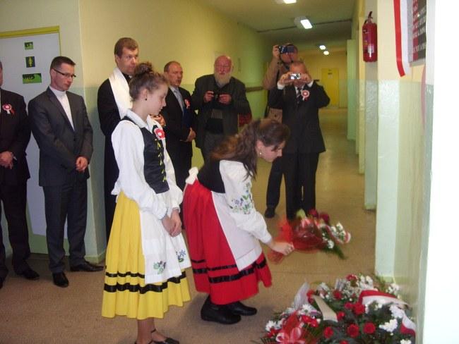 4.Kwiaty składają uczennice ZS w Brzeźnie Szlacheckim. W tyle z brodą Zdzisław Zmuda Trzebiatowski z Gdyni.