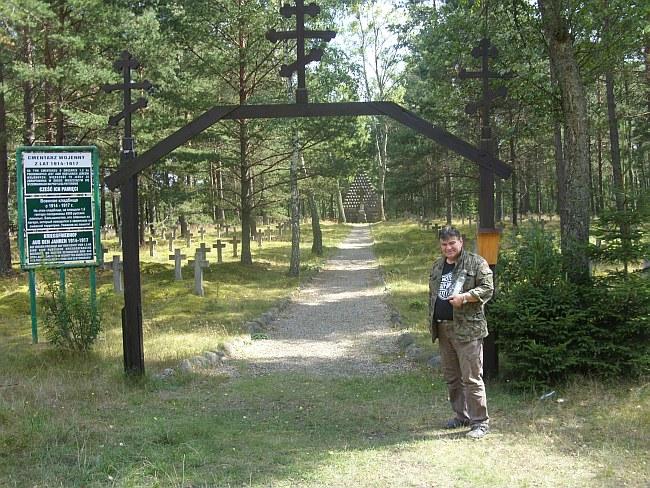 Andrzej Szutowicz (autor) przed wejściem na czerski cmentarz jeniecki z okresu 1. wojny światowej.