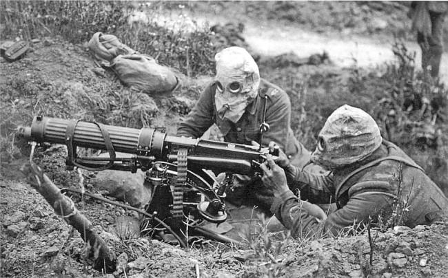17.W okopach frontowych…charakterystyczne maski pgaz. Środek ten masowo w tej wojnie zaczęli stosować Niemcy. .