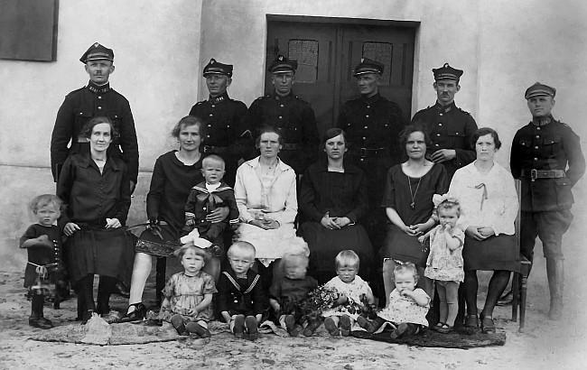 Łakie 1927  r.Strażnicy celni miejscowej Placówki. Trzecia rodzina od lewej Hoły.Własność Jacek Plak