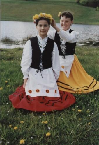 Wiosenne – radosne – Kaszubskie Panny. Są to członkinie zespołu Małe Gochy z Lipnicy. (Zdj. Jan Maziejuk  - Lata 90/XX wieku.)