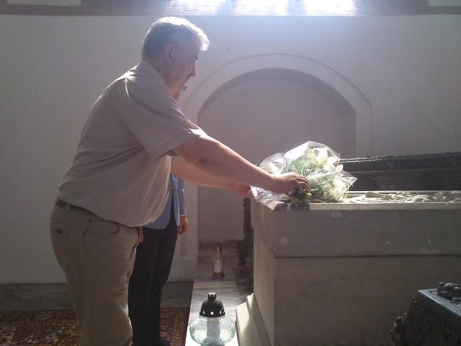Senator Kazimierz Kleina i Arkadiusz Klimowicz, burmistrz Darłowa, składająkwiaty na grobie króla Eryka Pomorskiego / fot. nadesłane