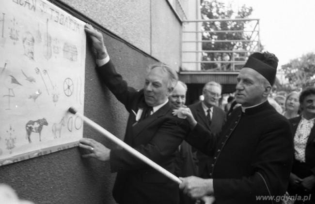 Ks. Hilary Jastak uczy alfabetu kaszubskiego / fot. gdynia.pl