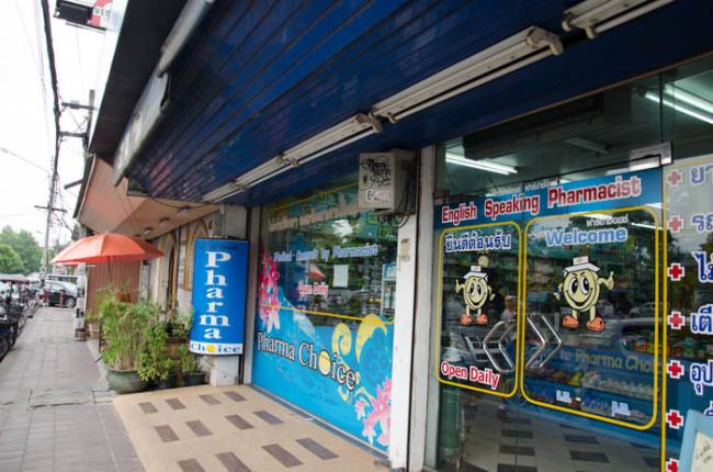 Apteka przy głównej ulicy, Chiang Mai. Duży napis na szybie informuje, że obsługa mówi po angielsku