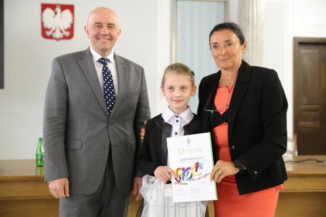 Wiceminister zdrowia Cezary Cieślukowski, wyróżniona uczennica Natalia Waleśkiewicz z ZS w Wicku oraz senator Alicja Chybicka - przewodnicząca Parlamentarnego Zespołu ds. Dzieci.