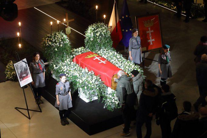 Trumna z ciałem Pawła Adamowicza wystawiona w ogrodzie zimowym Europejskiego Centrum Solidarności / fot. Grzegorz Mehring / Archiwum ECS