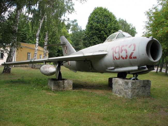 fot. slupsk.gov.pl:     Samolot - pomnik w Redzikowie