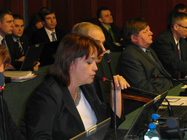Radna Beata Chrzanowska odczytuje treść uchwały o zamiarze likwidacji miejskiej spółki APR Ziemia Słupska / fot. GK