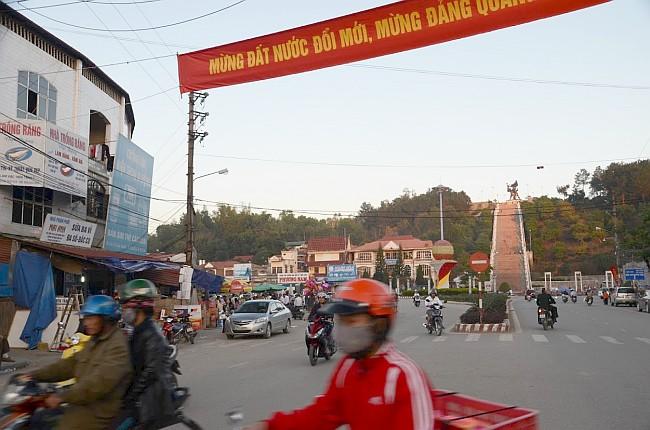Główna ulica w Dien Bien Phu nad którą góruje pomnik zwycięstwa. / fot. Joanna Szreder