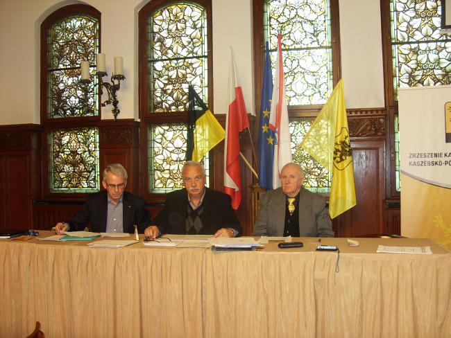 Prezydium obrad: od lewej Edmund Zmuda Trzebiatowski; Ryszard Sylka - Burmistrz Bytowa (przewod. obrad); Zbigniew Talewski.