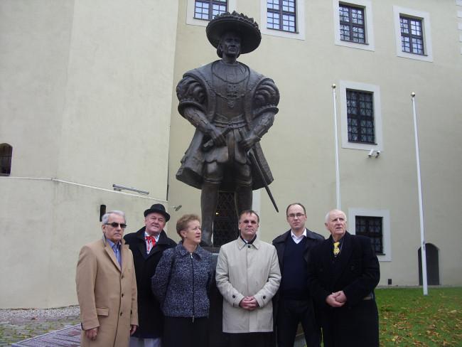 przy pomniku Bogusława X od lewej: Edmund Zmuda Trzebiatowski; członek ZG i Rady Naczelnej ZKP (Słupsk) Jan Dobrzyń (prezes Zarządu Oddziału ZKP Słupsk) , Danuta Pioch (w-ce prezes ZG ZKP); poseł Jarosław Sellin; Łukasz Grzędzicki prezes ZKP; Zbigniew Talewski członek RN i prezes Fundacji Naji Goche