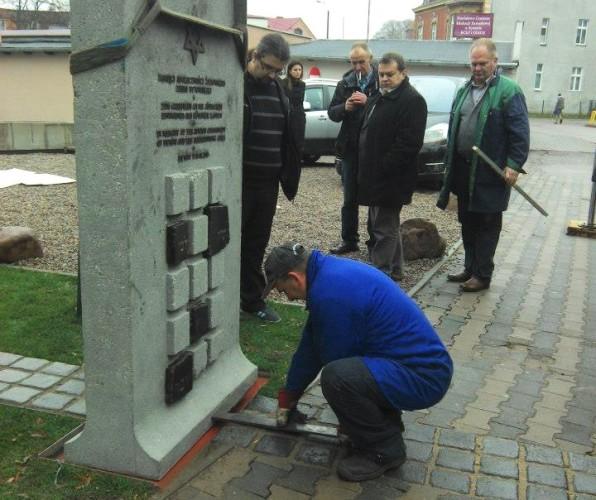 Obelisk już na miejscu przeznaczenia. / fot. www.facebook.com/UpamietnienieSpolecznosciZydowskiejZiemiBytowskiej