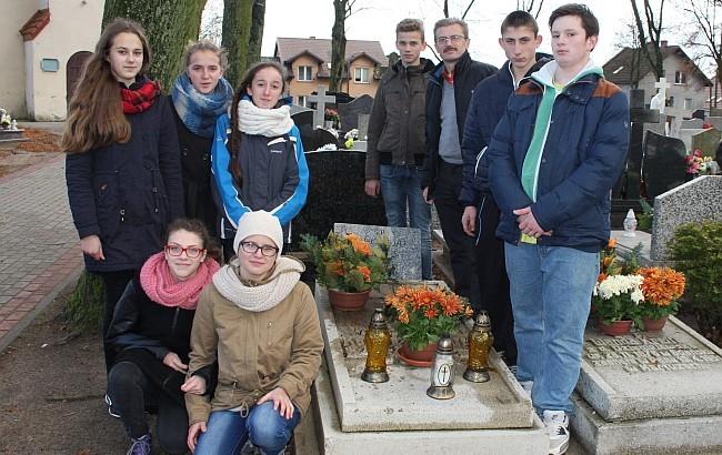 Młodzież oraz autor tekstu przy grobie Karola Krefft