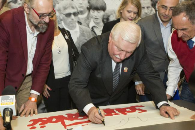 Lech Wałęsa i Mateusz Kijowski, szef KOD na Polskę (po lewej) nad flagą Solidarności w Europejskim Centrum Solidarności // Fot. Jerzy Pinkas/www.gdansk.pl