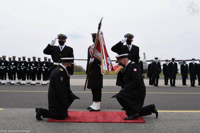Oficjalnie przekazanie obowiązków nowemu dowódcy odbyło się na płycie gdyńskiego lotniska, fot. Sebastian Smuga / Gdyńska Brygada Lotnictwa Marynarki Wojennej