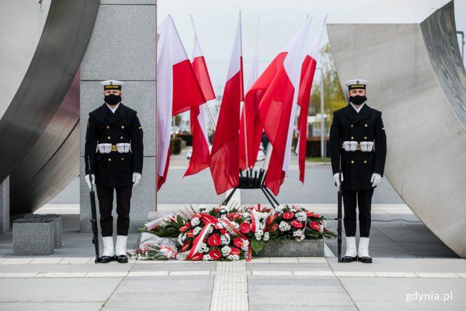 Posterunek honorowy przed pomnikiem Polski Morskiej z okazji Dnia Flagi RP // fot. Karol Stańczak